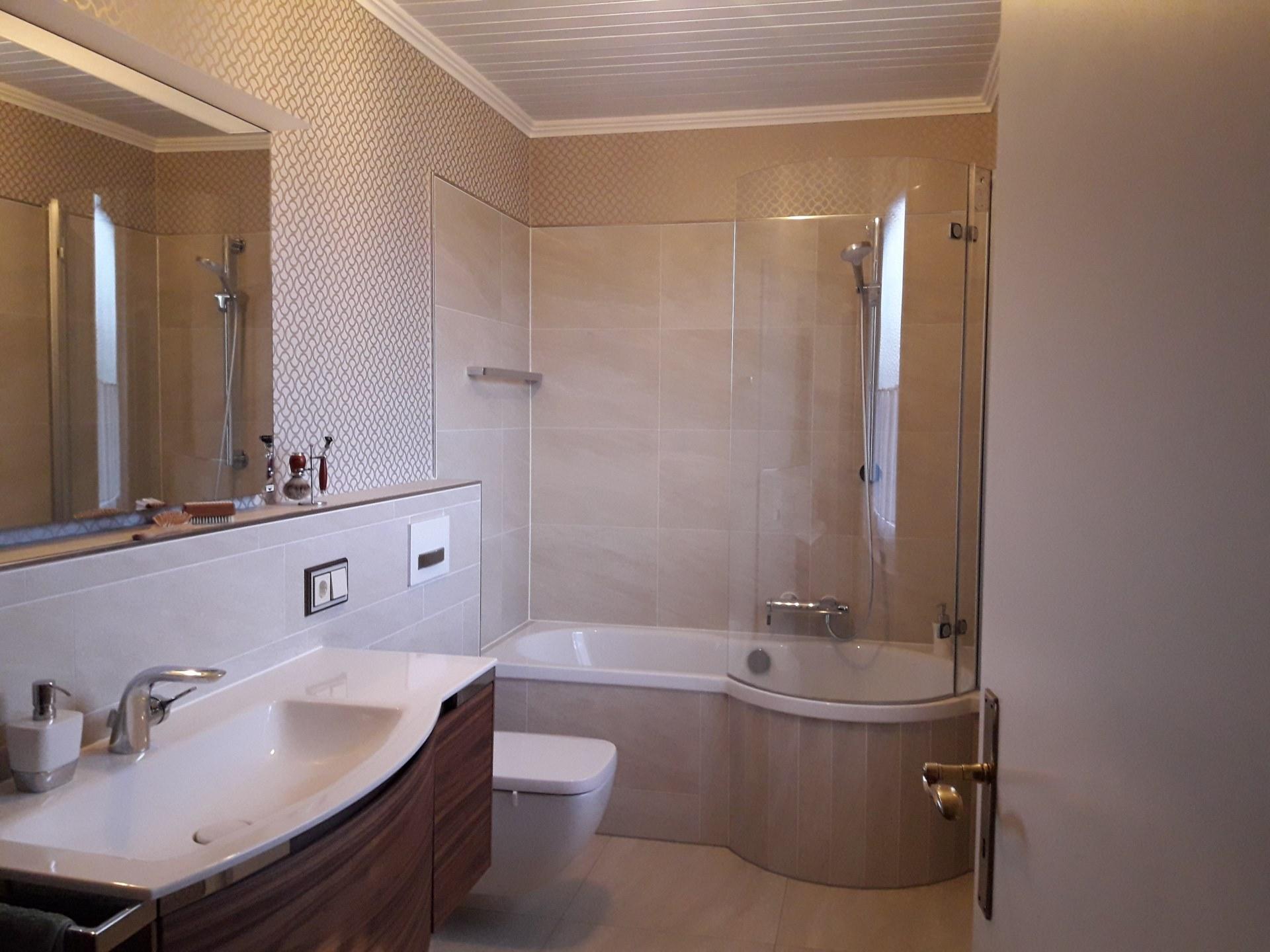 4 Bad mit Kombination aus Badewanne und Dusche – Quadratbad